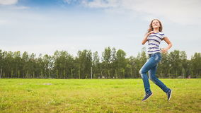 Teens που έχει τη διασκέδαση στο λιβάδι απόθεμα βίντεο