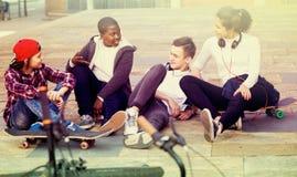 Teens που κουβεντιάζει κοντά στα ποδήλατα Στοκ φωτογραφία με δικαίωμα ελεύθερης χρήσης
