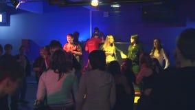 Teens που χορεύει στην ντισκοτέκ στη μικρή αγροτική λέσχη Επίκεντρα Λίγο στάδιο ψυχαγωγία συμβαλλόμενο μέρος απόθεμα βίντεο