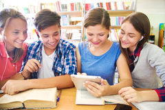 Teens στη βιβλιοθήκη στοκ φωτογραφία με δικαίωμα ελεύθερης χρήσης