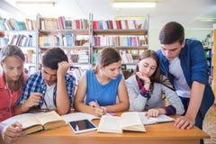 Teens στη βιβλιοθήκη στοκ φωτογραφίες