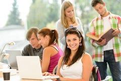 Teens που μελετά στους νέους μαθητές βιβλιοθηκών γυμνασίου Στοκ Φωτογραφία