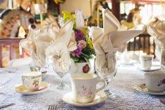 Teeparty-Gedeck für Hochzeitsempfang-Tabellen stockbilder