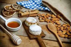 Teepasten, Zimtgebäck und Mandeln Stockfotos
