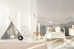 Teepee в комнате детей стоковые изображения rf