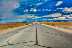 Teer-Linien auf einer Wüsten-Landstraße Stockbild