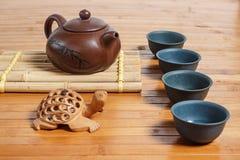 Teesatz auf einem Holztisch gemacht vom Bambus Stockbilder