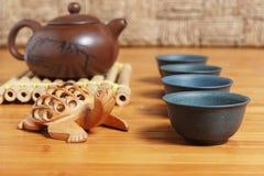 Teesatz auf einem Holztisch gemacht vom Bambus Lizenzfreies Stockfoto