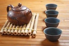 Teesatz auf einem Holztisch gemacht vom Bambus Lizenzfreie Stockfotos