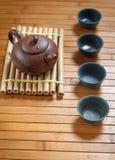 Teesatz auf einem Holztisch gemacht vom Bambus Lizenzfreie Stockbilder