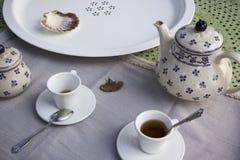 Teesatz auf einer Tabelle stockfotografie