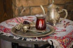 Teesatz in der orientalischen Art in birnenförmigem Glas mit Weinlesekessel und Daten tragen Früchte Lizenzfreies Stockfoto