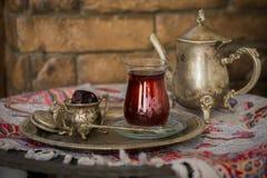 Teesatz in der orientalischen Art in birnenförmigem Glas mit Weinlesekessel und Daten tragen Früchte Stockbilder