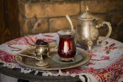 Teesatz in der orientalischen Art in birnenförmigem Glas mit Weinlesekessel und Daten tragen Früchte Lizenzfreies Stockbild