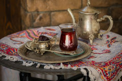 Teesatz in der orientalischen Art in birnenförmigem Glas mit Weinlesekessel und Daten tragen Früchte Lizenzfreie Stockbilder