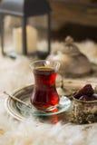Teesatz in der orientalischen Art in birnenförmigem Glas mit Weinlesekessel und Daten tragen Früchte Stockfoto