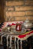 Teesatz in der orientalischen Art in birnenförmigem Glas mit Weinlesekessel und Daten tragen Früchte Stockfotos