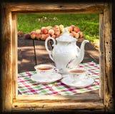Teesatz im Garten im Holzrahmen Stockfoto