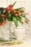 Teesatz mit Blumen für Ostern Stockbilder