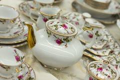 Teesatz mit Blumendruck lizenzfreies stockfoto