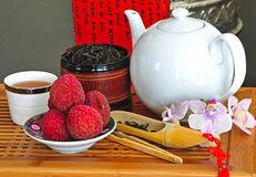 Teesatz mit chinesischem Tee und Litchees lizenzfreie stockfotos