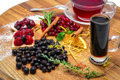 Teesatz mit Himbeeren und Korinthen Lizenzfreie Stockfotografie