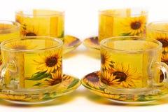 Teesatz Tasse und Untertassen-Sonnenblumen lizenzfreie stockbilder