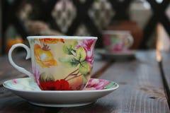 Teeschale auf dem Tisch Stockbilder