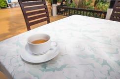 Teeschale in der Kaffeestube lizenzfreies stockfoto