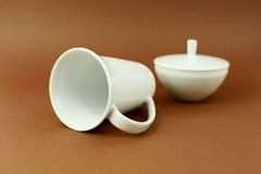 Teeschale, die auf braunen Hintergrund legt Stockbild