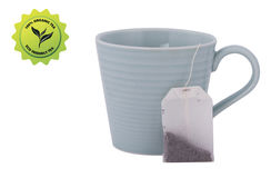 Teeschale, getaggeder Teebeutel mit einem eco freundlichen Aufkleber lokalisiert auf w Lizenzfreie Stockfotografie