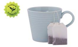 Teeschale, getaggeder Teebeutel mit einem eco freundlichen Aufkleber lokalisiert auf w Lizenzfreie Stockbilder