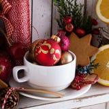 Teeschale mit Dekorationen, Plätzchen und Orangen für Weihnachten stockfotos