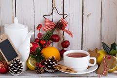 Teeschale mit Dekorationen, Plätzchen und Orangen für Weihnachten lizenzfreie stockfotos