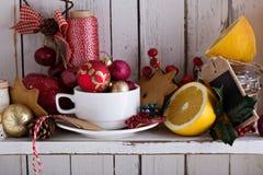 Teeschale mit Dekorationen, Plätzchen und Orangen für Weihnachten stockfoto