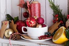 Teeschale mit Dekorationen, Plätzchen und Orangen für Weihnachten lizenzfreie stockfotografie