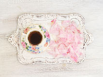 Teeschale mit den Pfingstrosenblumenblättern Lizenzfreie Stockfotos