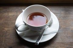 Teeschale und Tee von der Oberseite auf hölzerner Tabelle Stockfotos