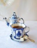 Teeschale und Teekanne Stockfoto