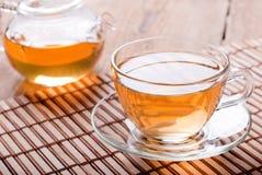 Teeschale und Teekanne mit grünem Tee Stockfotos