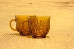 Teeschalen auf einem mit Ziegeln gedeckten Hintergrund stockbild