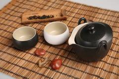 Teeschalen, Teekannen, Tee und Dekorationen benutzt für Tee in China stockbild