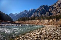 Teesta-Fluss, der das Himalajatal Yumthang durchfließt Lizenzfreie Stockfotos