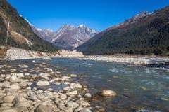 Teesta-Fluss, der das Yumthang-Gebirgstal Sikkim durchfließt Stockbilder