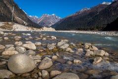 Teesta-Fluss, der das Yumthang-Tal durchfließt Lizenzfreie Stockfotos