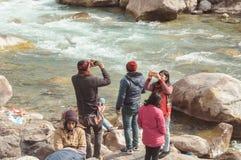 Teesta rzeki przód, Yumthang dolina, Styczeń 1 2019: Turystyczni ludzie bierze selfie zbyt zamkniętemu rzeka po niedawnej wiadomo obraz royalty free