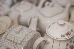 Teetöpfe am Weinlesenachmittagstee lizenzfreie stockfotografie