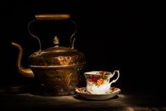 Teetasse alte kupferne Kessel und des Rosenporzellans Stockfotografie