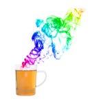 Teetasse mit buntem Rauche vor weißem Hintergrund Lizenzfreies Stockfoto