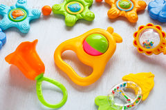 teether和五颜六色的吵闹声玩具  库存图片